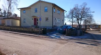 Modern familjevilla med sjötsikt i Hässelby