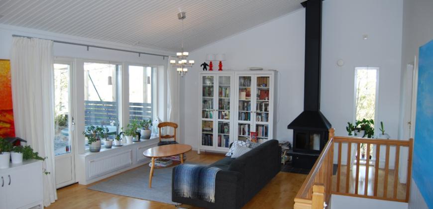 Stor och modern familjevilla i Rönninge